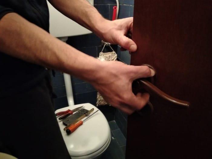 תיקון מנעול בשירותים